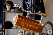 A display bicycle and engraved front wooden box at Exceller Bikes Bruges (photo by Photo Tour Brugge)